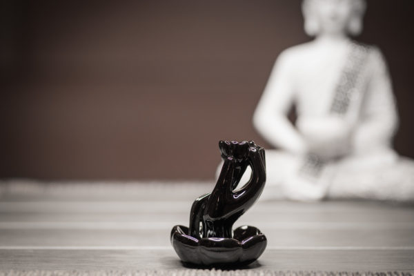 Räucherbrunnen Hand und Lotus Seitenansicht links